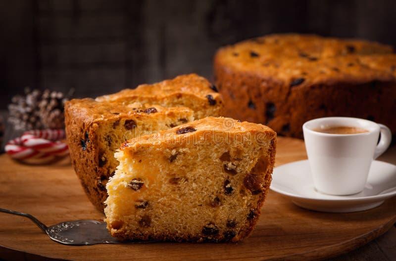 Le fette di casa hanno fatto il dolce con l'uva passa sulla tazza di legno di caff? e del piatto immagine stock