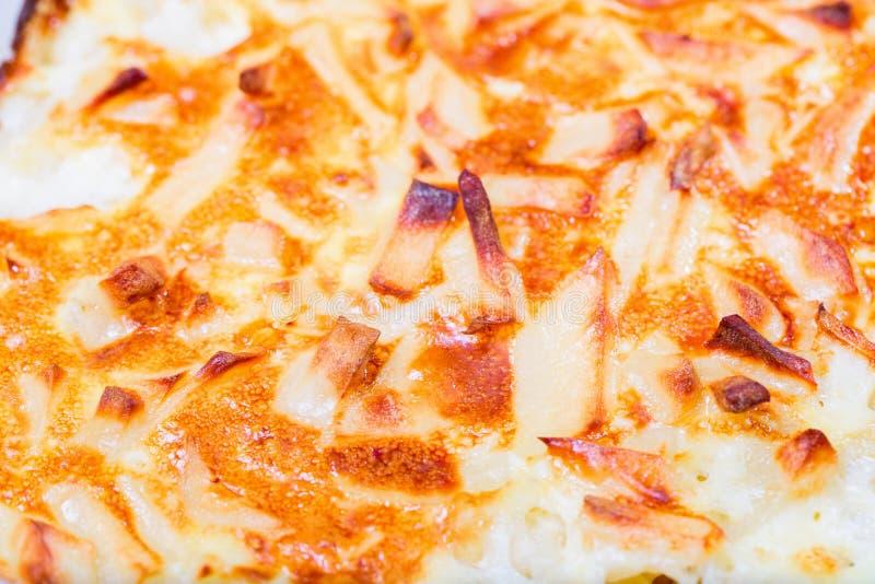 Le fette rubiconde di patate al forno in panna acida immagine stock
