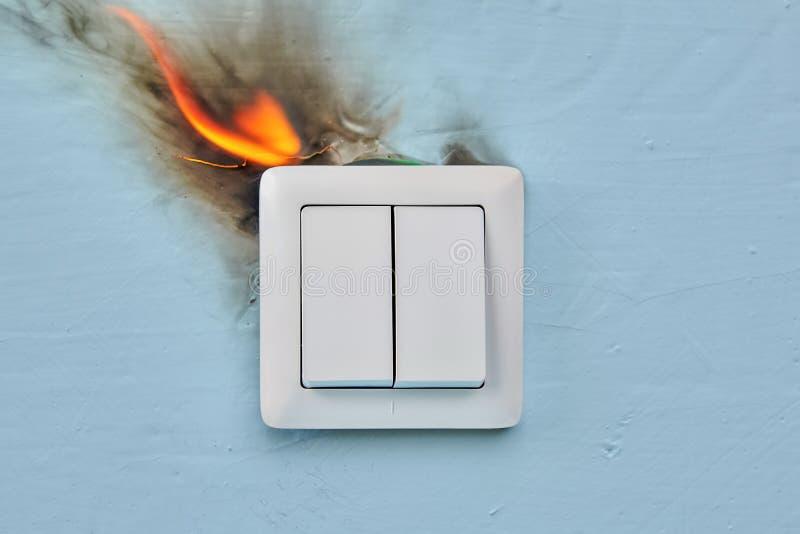 Le feu à la maison a été provoqué par le câblage électrique défectueux images stock
