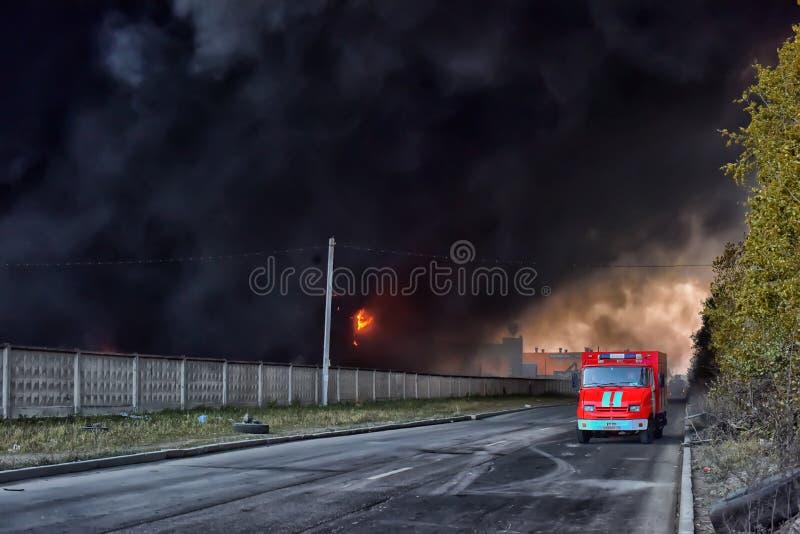 Le feu à la zone industrielle photos stock