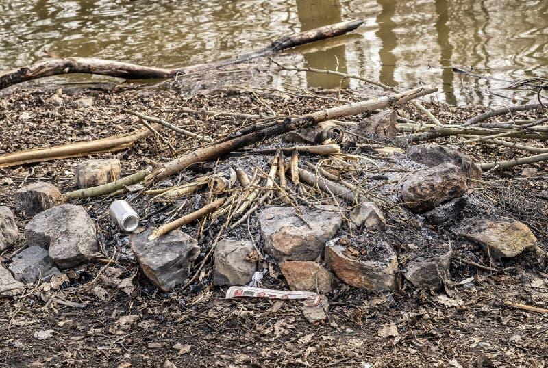 Le feu éteint près d'une rivière photos stock