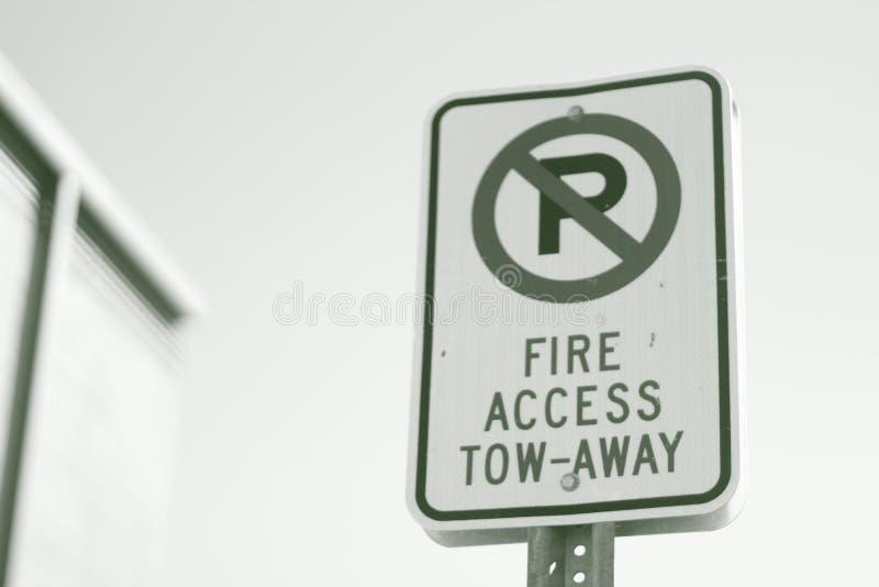 Le feu Access de plaque de rue remorquer le stationnement interdit parti image stock