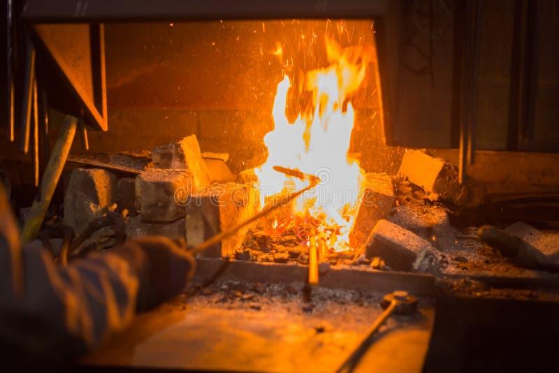 Le feu brûlant dans le four photo libre de droits