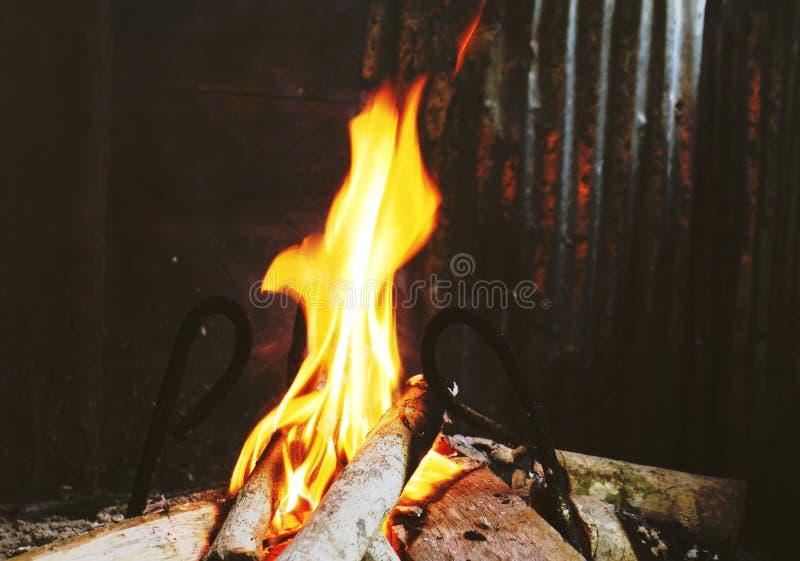 Le feu brûlant dans une cheminée photos libres de droits