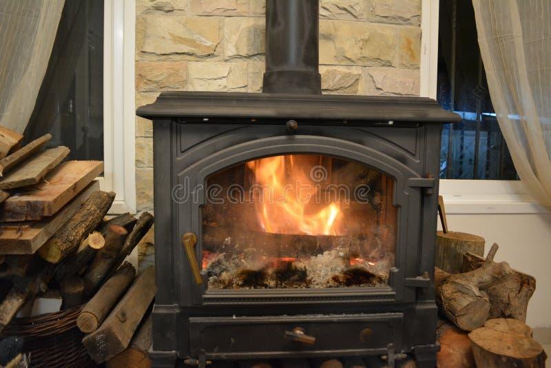 Le feu brûle dans la cheminée photographie stock libre de droits