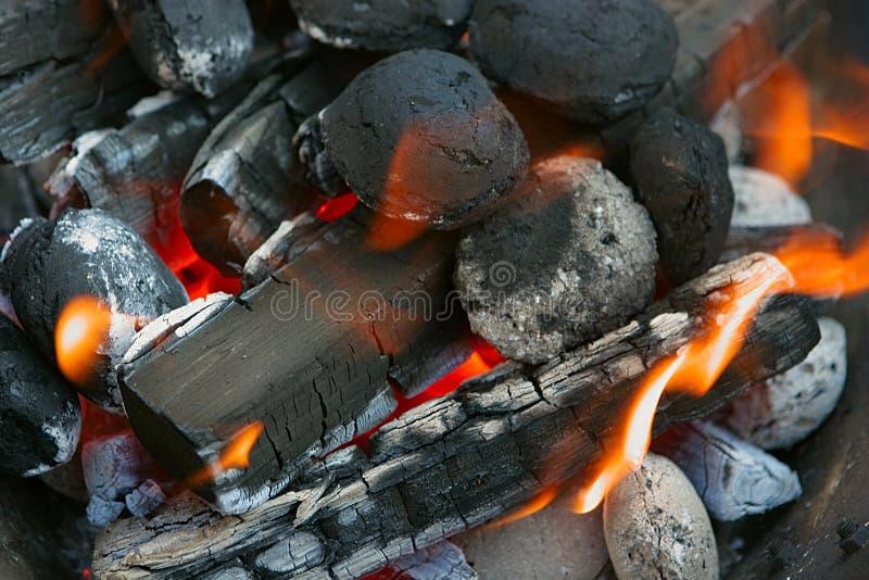 Le feu, charbons de bois brûlants images libres de droits