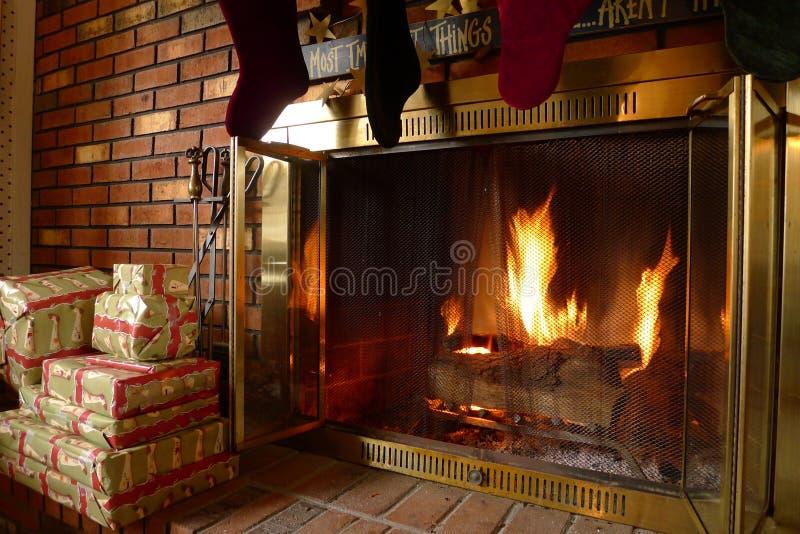 Le feu chaud confortable de cheminée image libre de droits