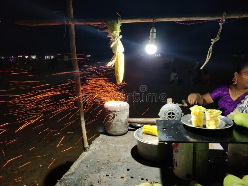 Le feu chaud sur le maïs photos libres de droits
