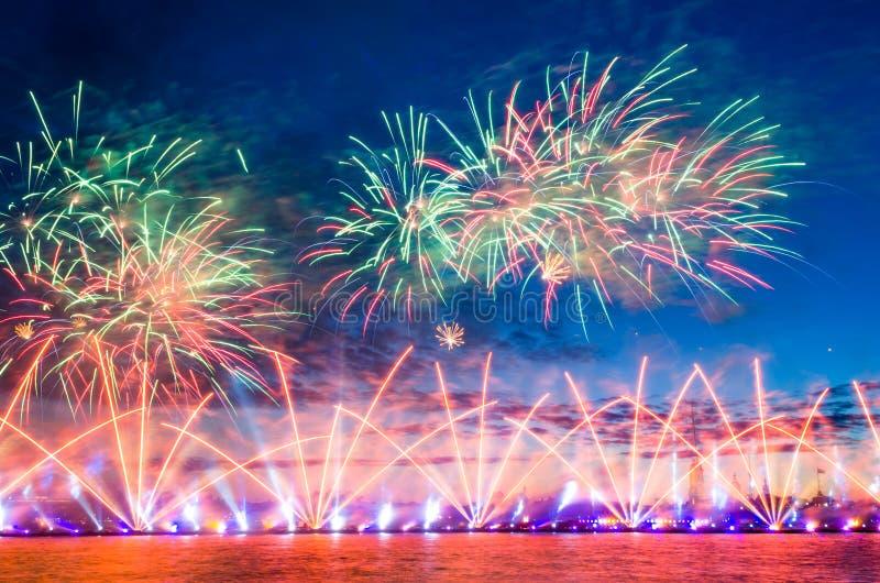 Le feu d'artifice avec les rayons de la lumière a dirigé vers le ciel photographie stock