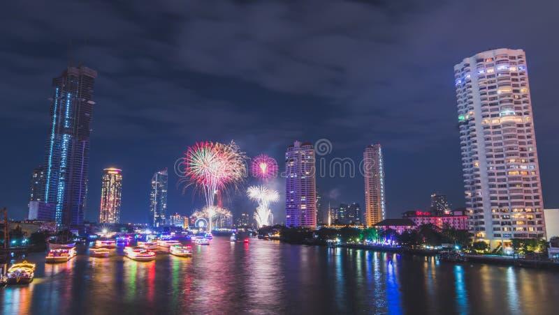 Le feu d'artifice de nouvelle année au pont de Tak-péché photo libre de droits