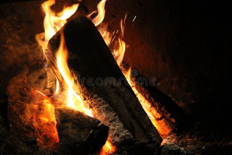 Le feu dans la vieille cheminée en pierre photographie stock libre de droits