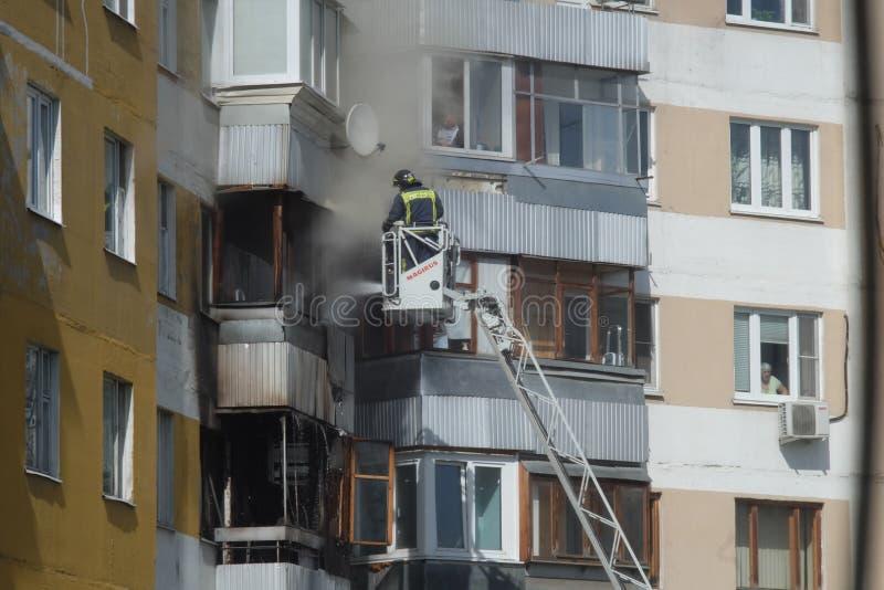 Le feu dans le bâtiment résidentiel photos libres de droits