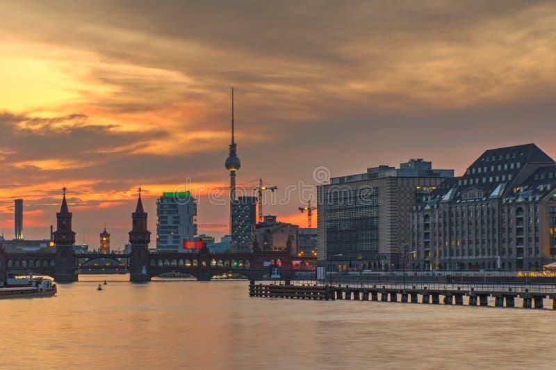 Le feu dans le ciel au-dessus de Berlin image libre de droits