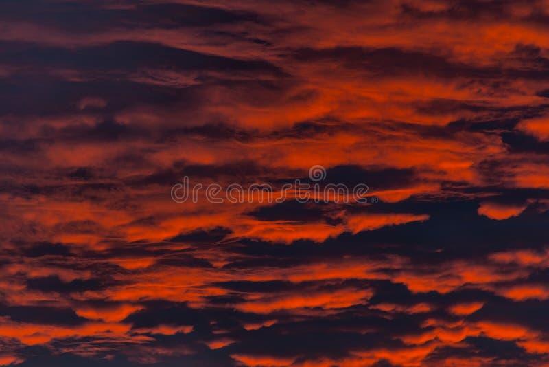 Le feu dans le ciel Coucher du soleil rouge avec des nuages image stock