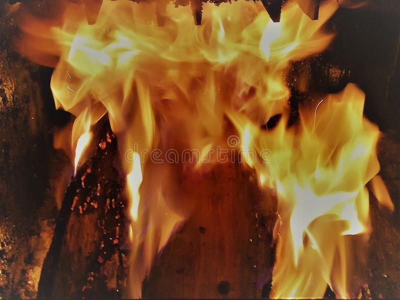 Le feu dans une chaudière en bois photo libre de droits