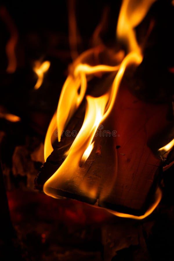 Le feu dans une cheminée avec des flammes images libres de droits