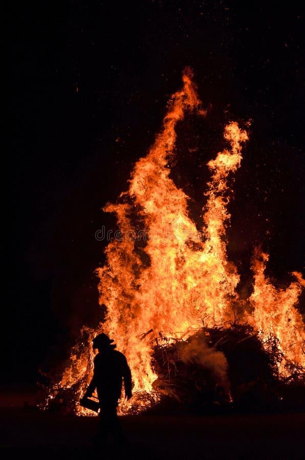 Le feu de brousse du feu de forêt de fonctionnement de nuit de sauveteur de pompier image libre de droits