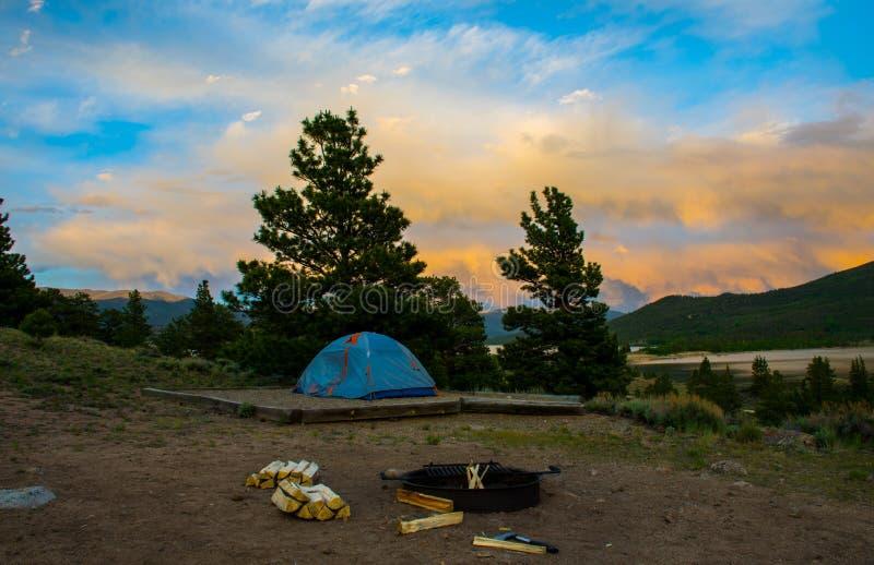 Le feu de camp de coucher du soleil de tente de camping de région sauvage du Colorado photo libre de droits