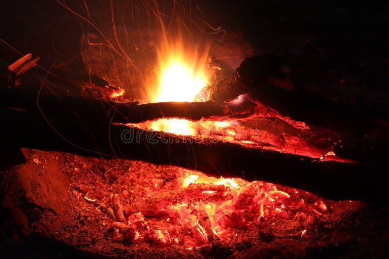 Le feu de camp - fie et flammes - longue exposition photos stock
