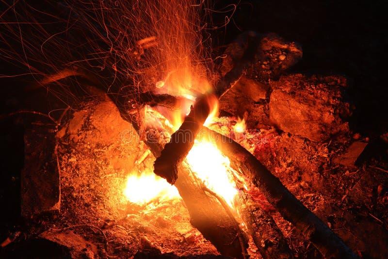 Le feu de camp - fie et flammes - longue exposition photo stock