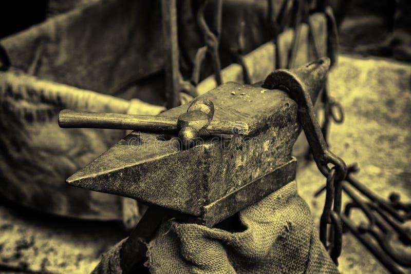 Le feu de charbon dans une forge photographie stock libre de droits
