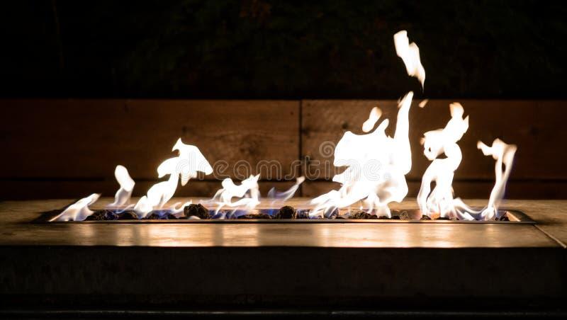 Le feu de détente dans un firepit moderne photo libre de droits
