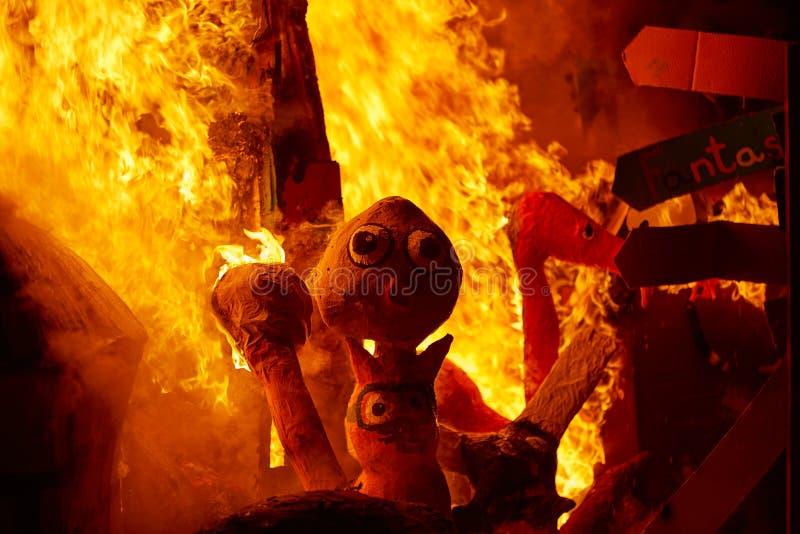 Le feu de Fallas brûlant dans le fest de Valence au 19 mars illustration stock