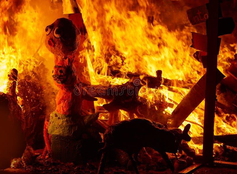 Le feu de Fallas brûlant dans le fest de Valence au 19 mars photo stock