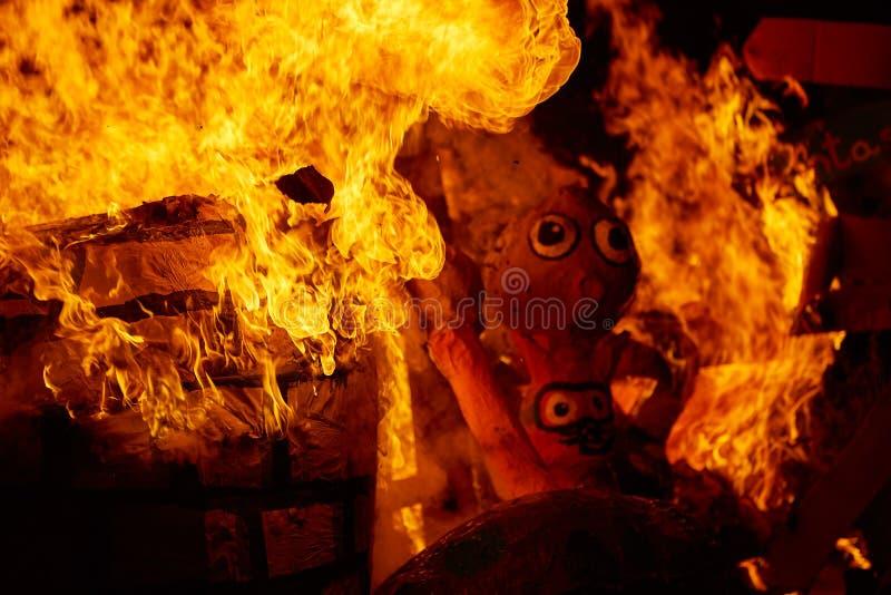 Le feu de Fallas brûlant dans le fest de Valence au 19 mars photos libres de droits