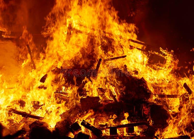 Le feu de Fallas brûlant dans le fest de Valence au 19 mars image stock