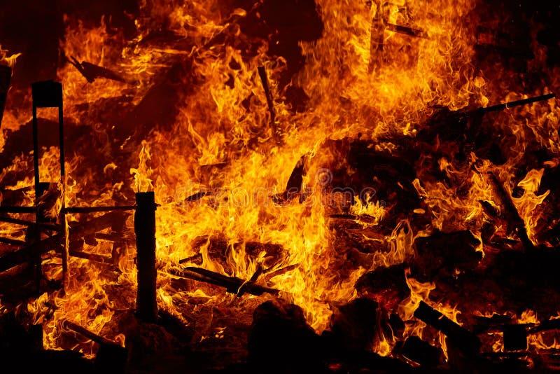 Le feu de Fallas brûlant dans le fest de Valence au 19 mars photographie stock libre de droits