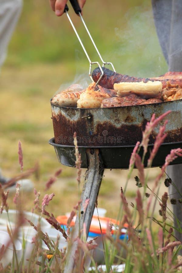 Le feu de feu de camp de feu flambe grillant le bifteck sur le BBQ photographie stock libre de droits