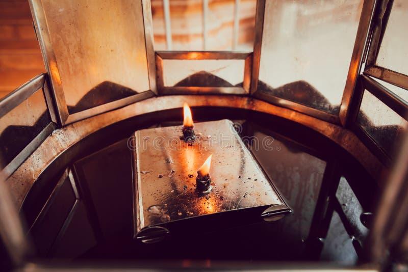 Le feu de la lampe à pétrole dans le temple images stock