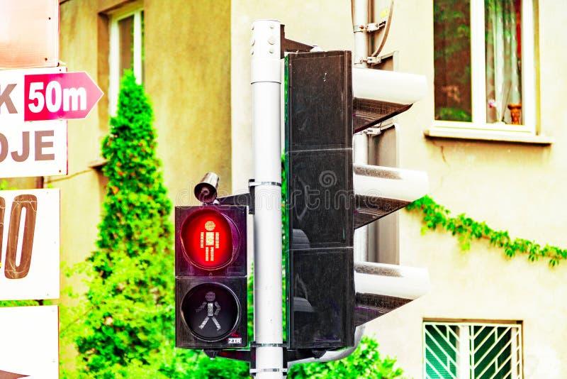 Le feu de signalisation piétonnière, rouge se connectent le croisement de la route, interdit pour traverser la route photographie stock