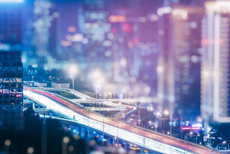 Le feu de signalisation traîne sur la rue urbaine dans la ville de la Chine image stock