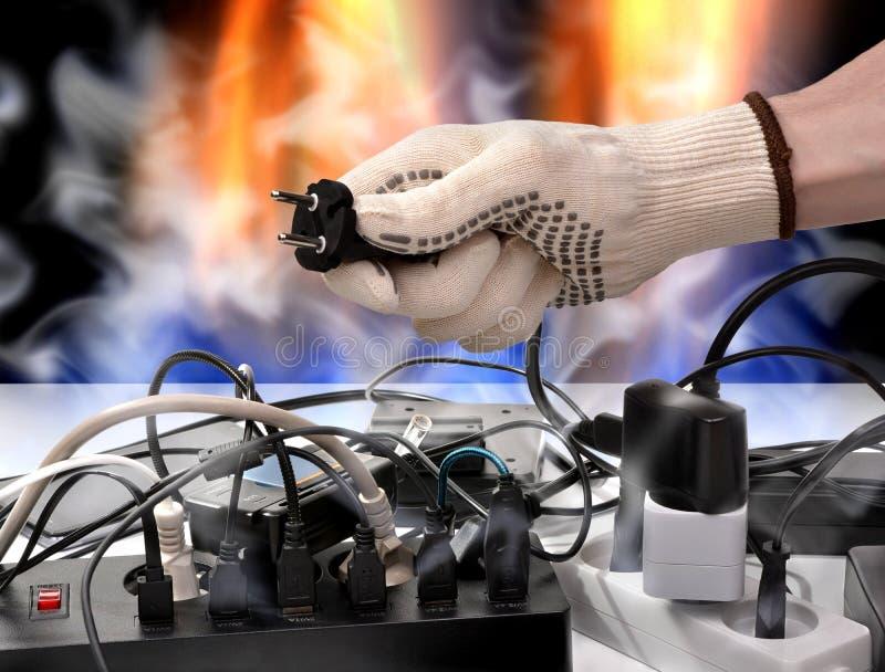 Le feu des câbles électriques de la surcharge de la tension de canalisations photo libre de droits