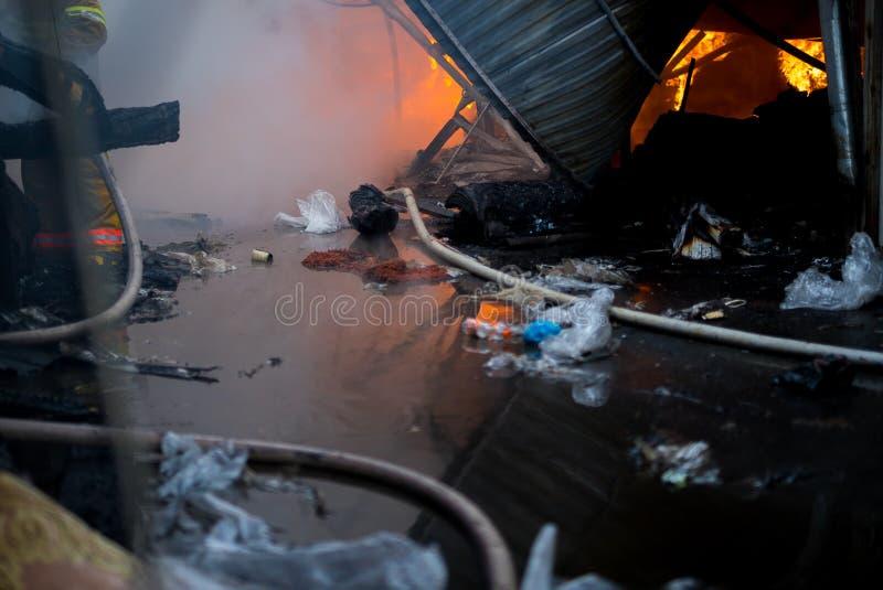 Le feu du bâtiment Le marché local est sur le feu photo libre de droits
