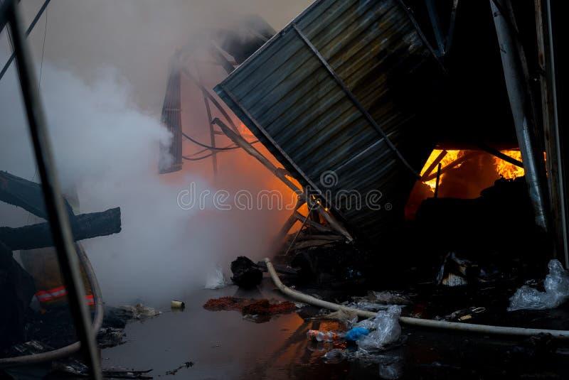 Le feu du bâtiment Le marché local est sur le feu photos libres de droits