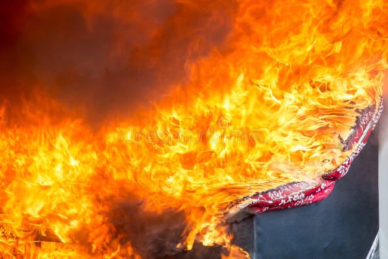 Le feu et fumée des meubles brûlant dans la conflagration image libre de droits