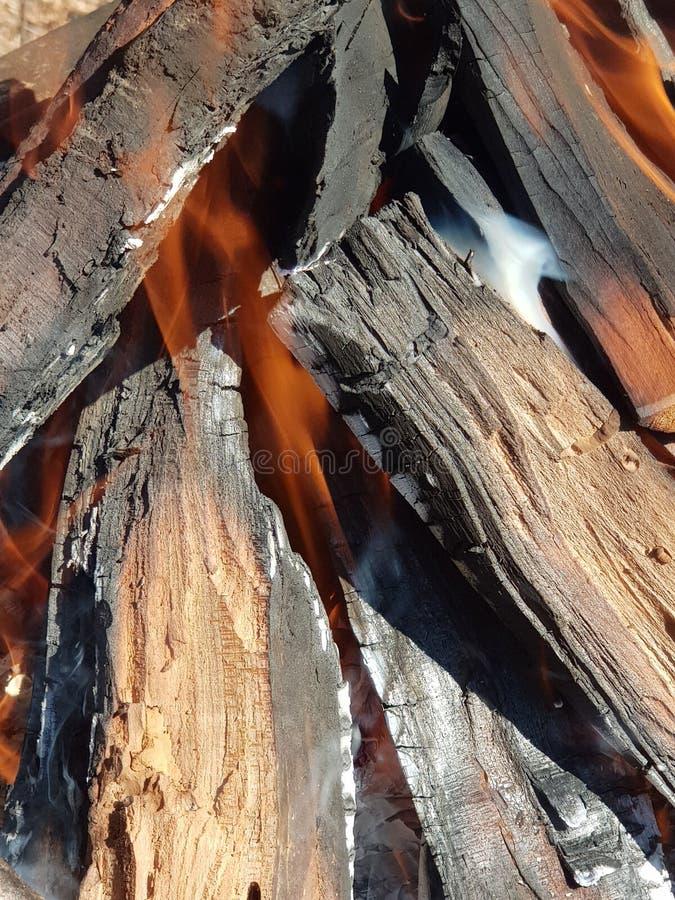 Le feu et fumée s'échappant du bois de chauffage photographie stock libre de droits