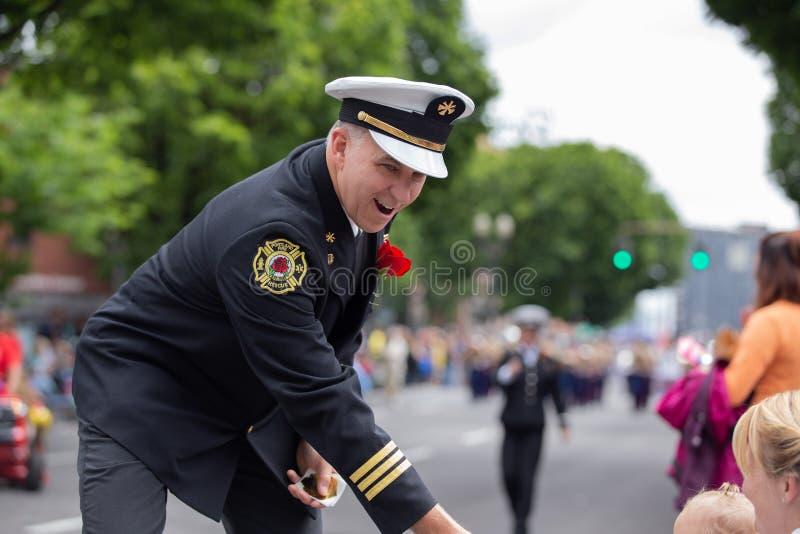 Le feu et la délivrance de Portland commandent remettre des autocollants aux enfants de spectateur photographie stock libre de droits