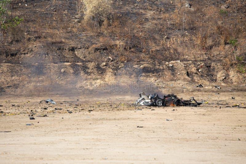 Le feu et la voiture pièce enflé à partir du trainin d'enquête de voiture piégée photos libres de droits