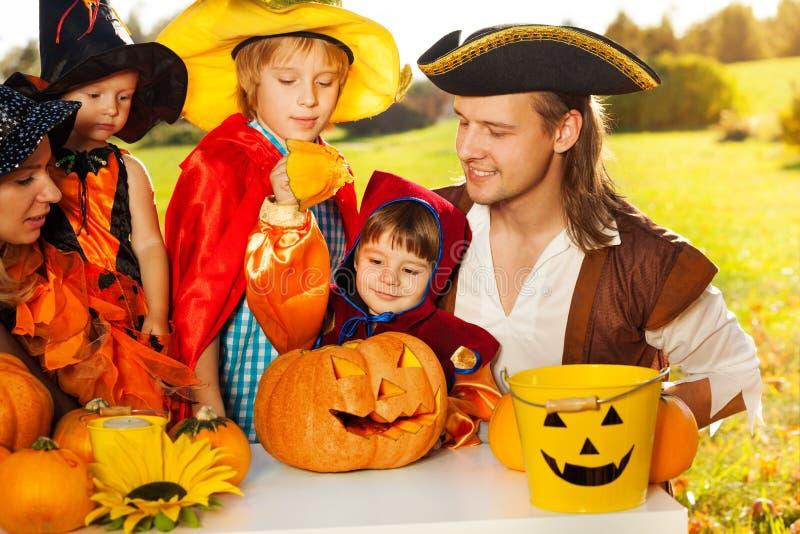 Le feu follet de métier d'enfants et de parents de Halloween images stock
