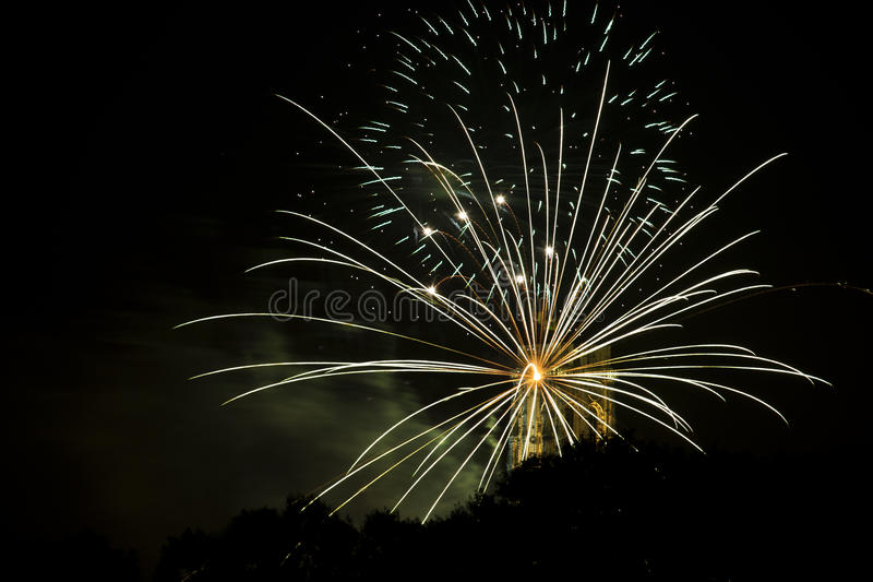 Le feu fonctionne des rayons venant de la tour de St Rumbold photographie stock