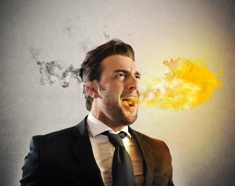 Le feu furieux de crachement d'homme d'affaires photographie stock