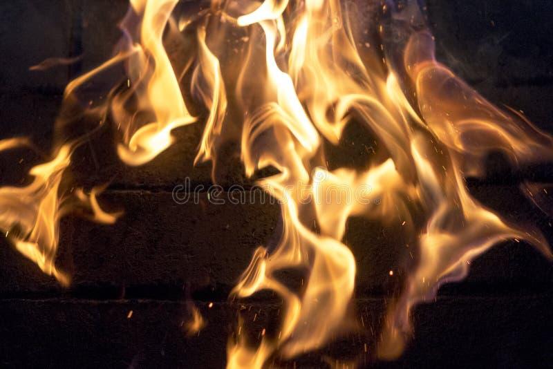 le feu jaune rouge dans le plan rapproché de cheminée Flammes Fond d'incendie photos stock