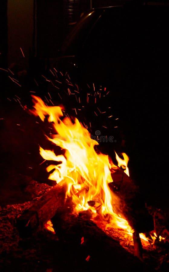 Le feu noir dans l'obscurité photographie stock