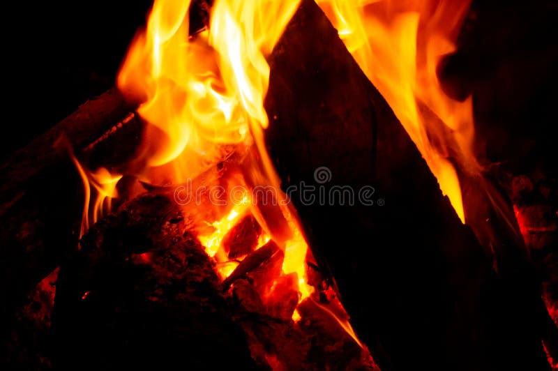 Le feu noir dans l'obscurité, la chaleur profonde et mystérieuse émanant des couleurs chaudes a vécu photo libre de droits