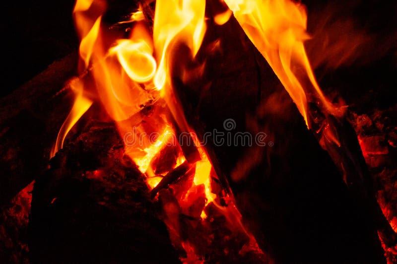 Le feu noir dans l'obscurité photos stock