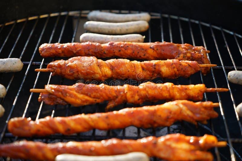 Le feu ouvert dans le gril pour griller une saucisse avec un charbon de bois photo libre de droits
